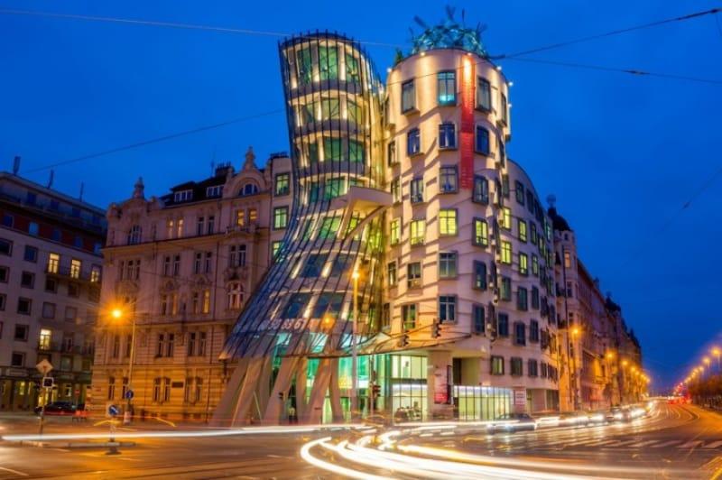 歴史の街プラハに建つ超近代建築「ダンシングハウス」 本文:(300文字)