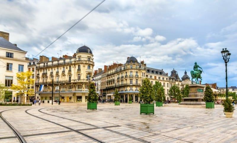 ジャンヌ・ダルク像が立つ「マルトロワ広場」