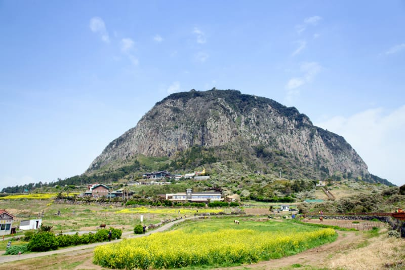 大地に出現した巨大な岩山 山房山(サンバンサン)