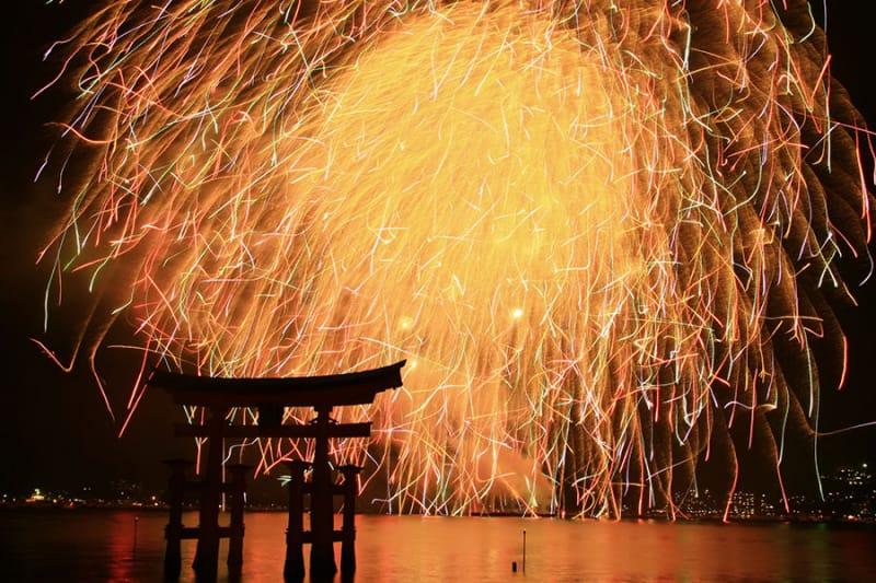 世界遺産と日本三景が同時に見られる『宮島水中花火大会』
