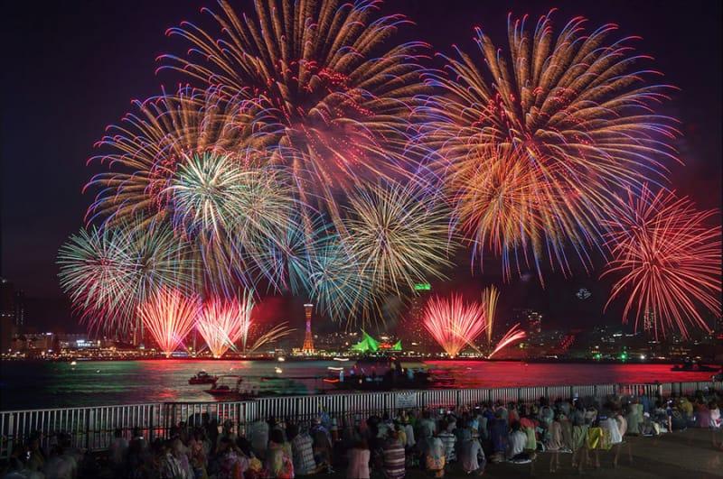 神戸港の1000万ドルの夜景とともに…『みなとこうべ海上花火大会』