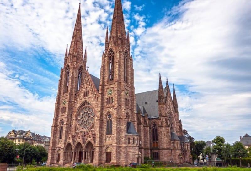 2本の尖塔がそびえ立つ「セントポール教会」