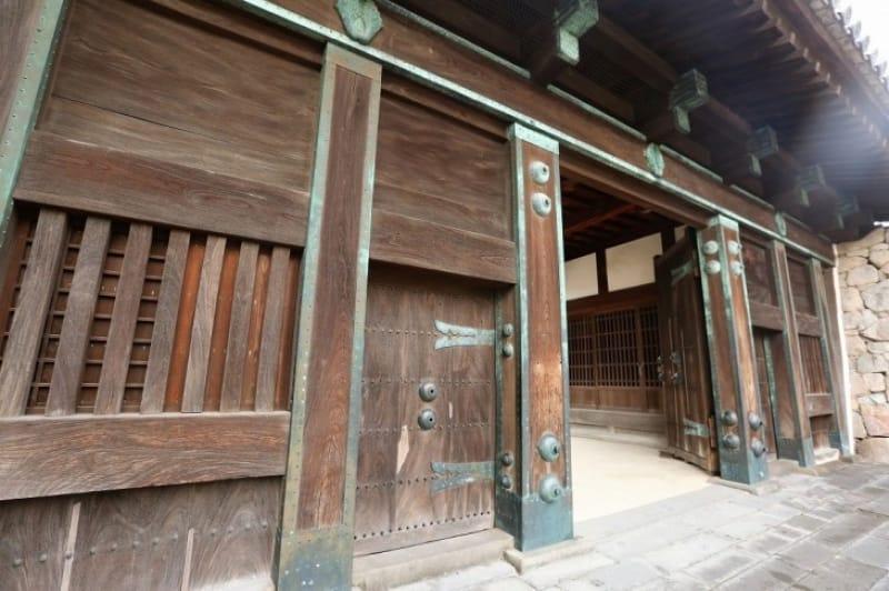 動乱の傷跡が残る「鯱(しゃち)の門」と復元された「本丸御殿」