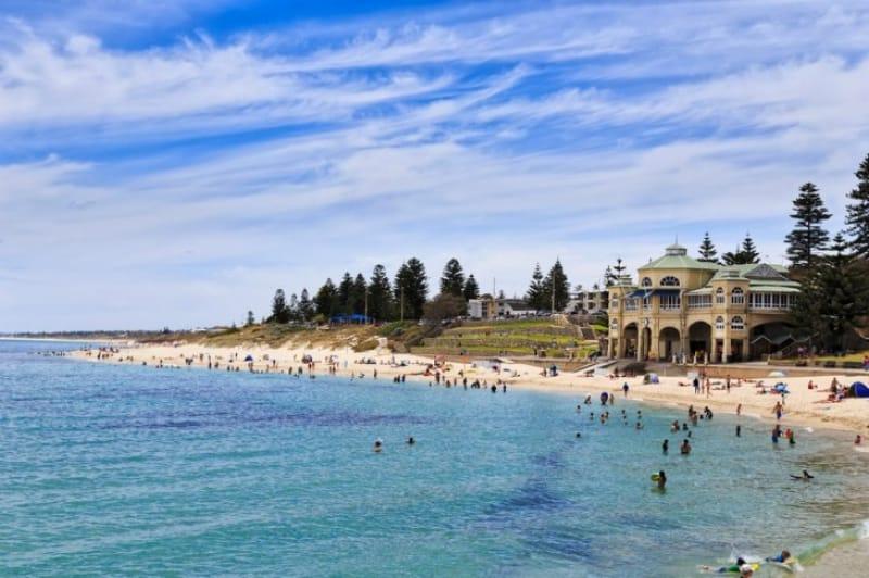 リゾート客や市民が憩うコステロビーチ