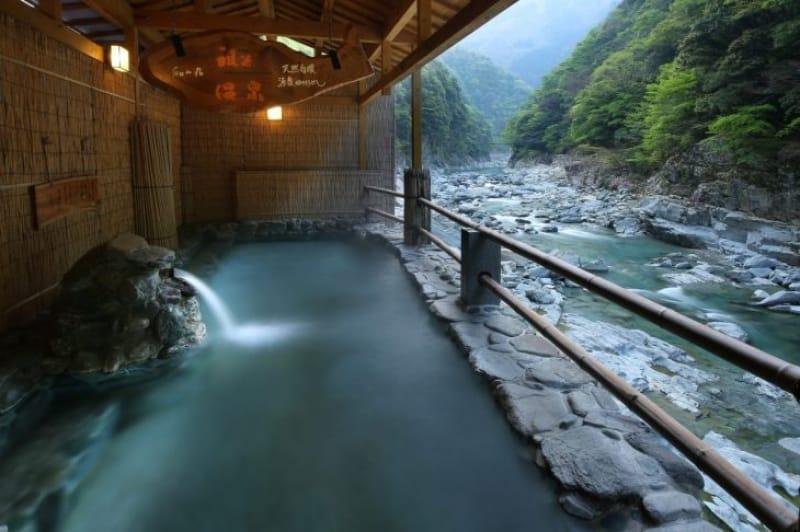 94058:谷底の温泉で大自然を堪能
