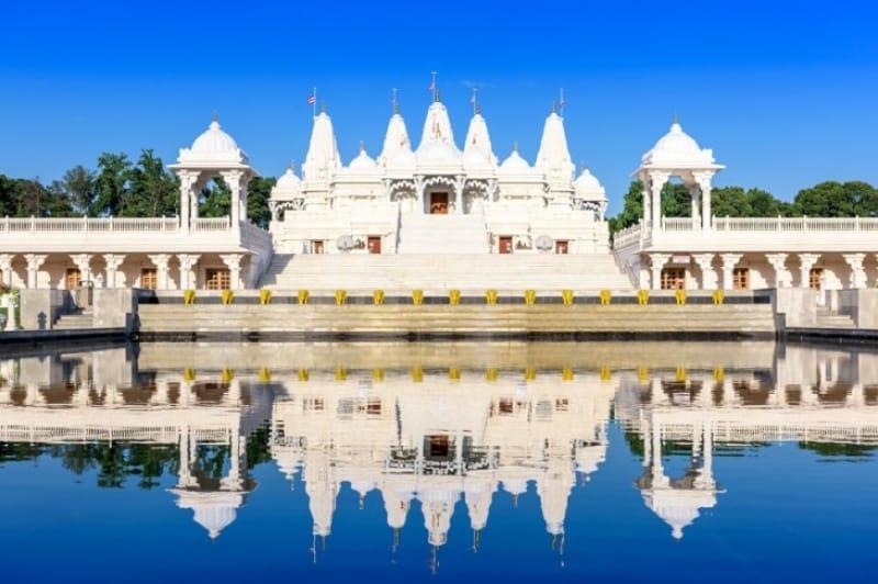 水面に映る反射がさらに美しく飾るヒンズー寺院