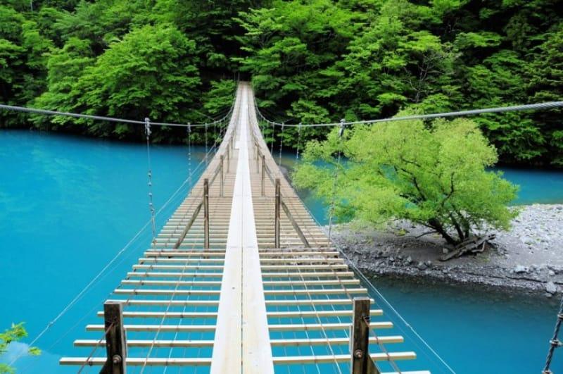 足元には圧倒的な青・静岡〈夢の吊り橋〉