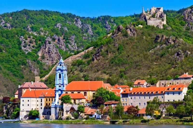 村のランドマーク・聖堂参事会修道院教会