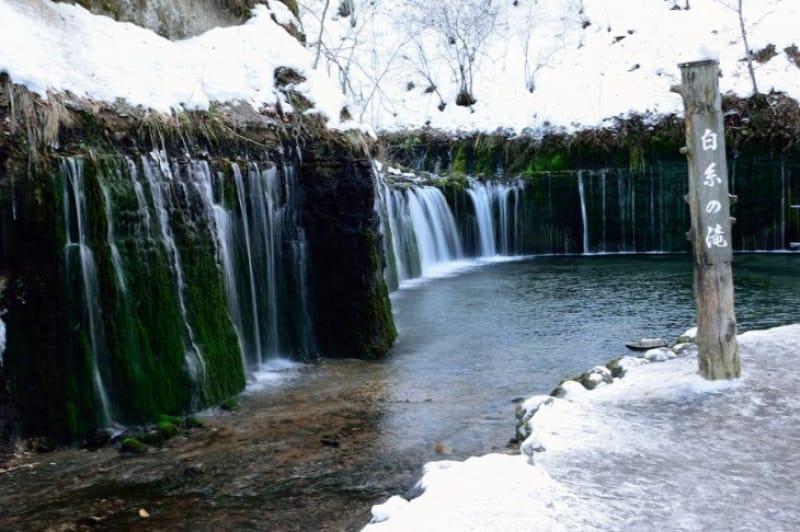 幅70 mの雄大な景色・白糸の滝