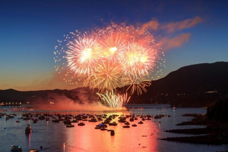 斜め打ち水中スターマインは圧巻・淡路島まつり花火大会