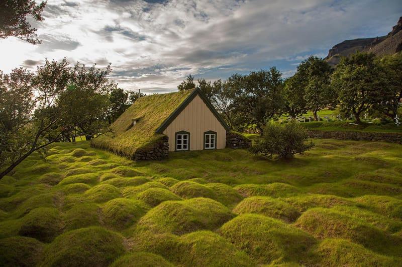 #2.こうした美しい教会は実際に訪問することができます。この写真は木材や泥炭から作られました。地上の「こぶ」は古代の墓です。