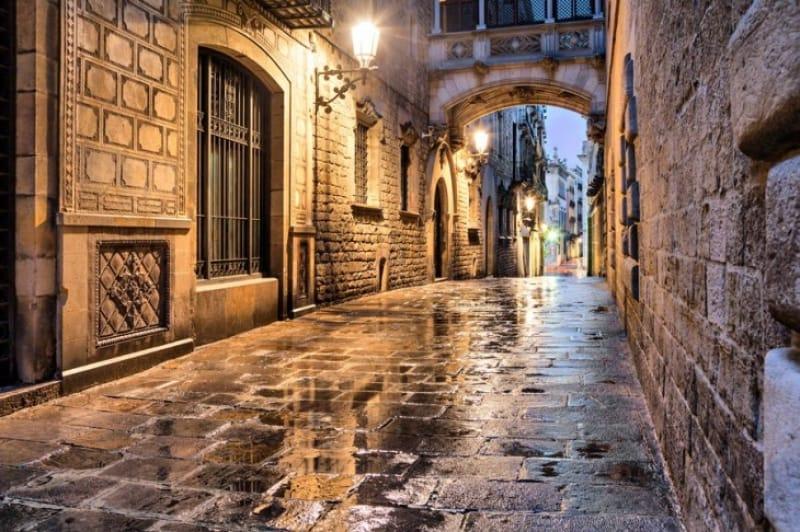 歴史の香りを遺すバルセロナの裏路地