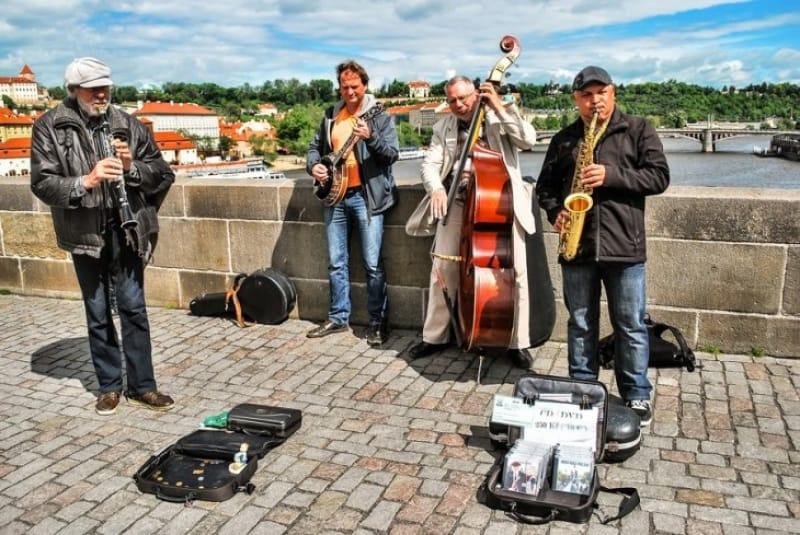 「百塔の街」プラハは、多くのストリートミュージシャンがいる「音楽の街」