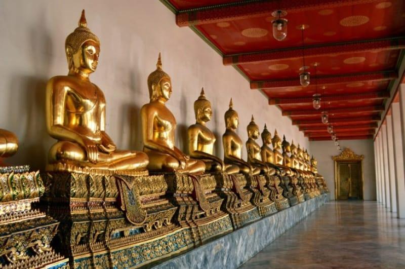 仏像が並ぶ回廊(座像)