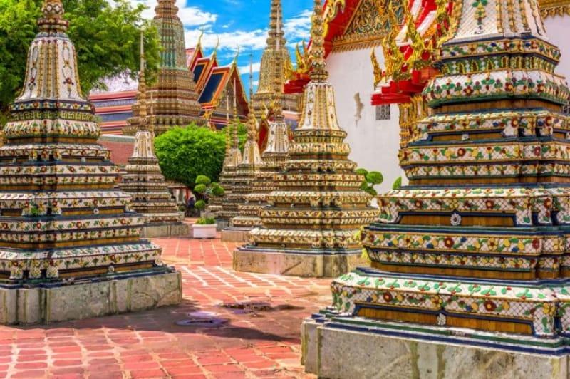 王の遺骨を納めた大きな4つの仏塔
