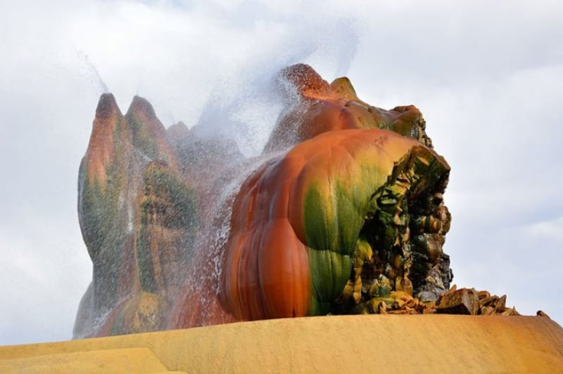 鉱物と高温の水源に生息する藻類が作りだす色彩