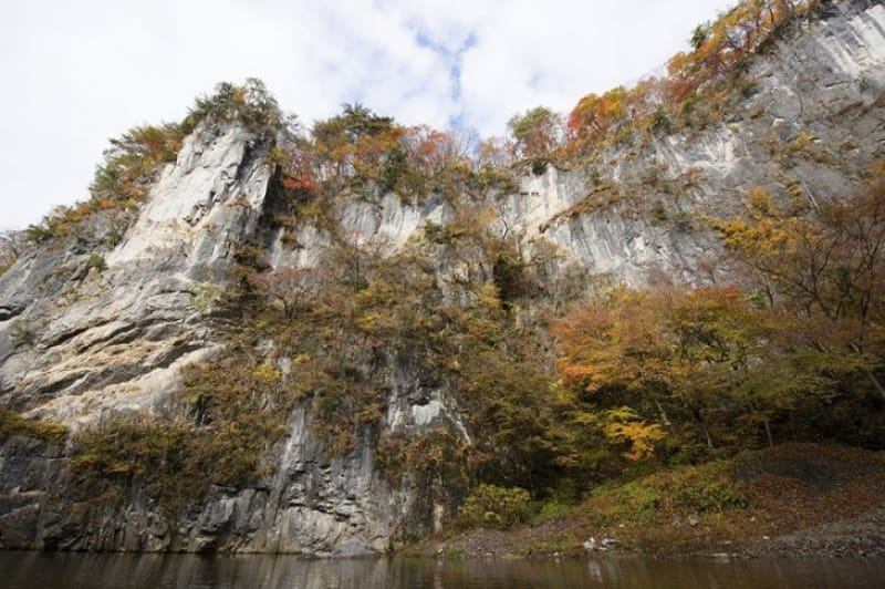 石灰岩と紅葉の美しさ・猊鼻渓
