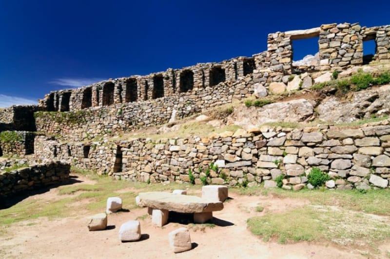 見所は島に点在する古代遺跡