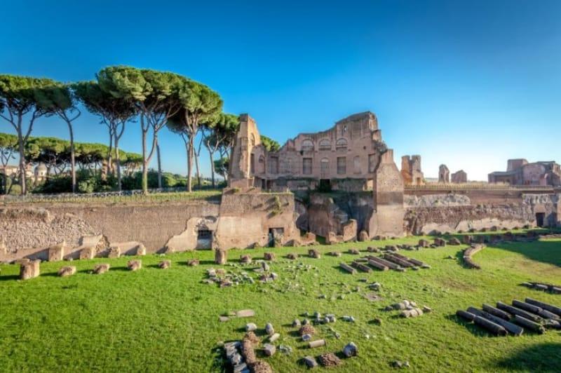 古代ローマ時代の高級住宅地「パラティーノの丘」は、ピクニック気分で楽しみましょう
