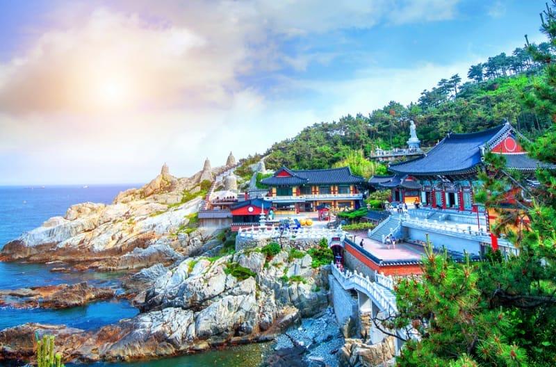 岸壁に立つ色鮮やかなお寺