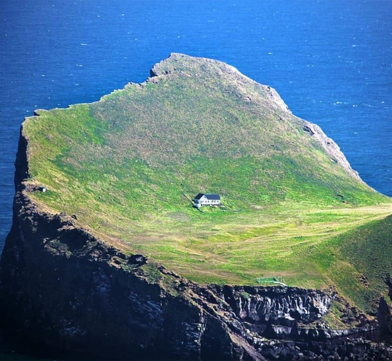 #4. 約300年ほど前は実際この島に5家族が住んでいて、小屋で自給自足の生活をしていました。しかし、1930年代には、エリデイ島で地域社会を維持することが難しくなり、最後の島民2人も島を離れていったのです