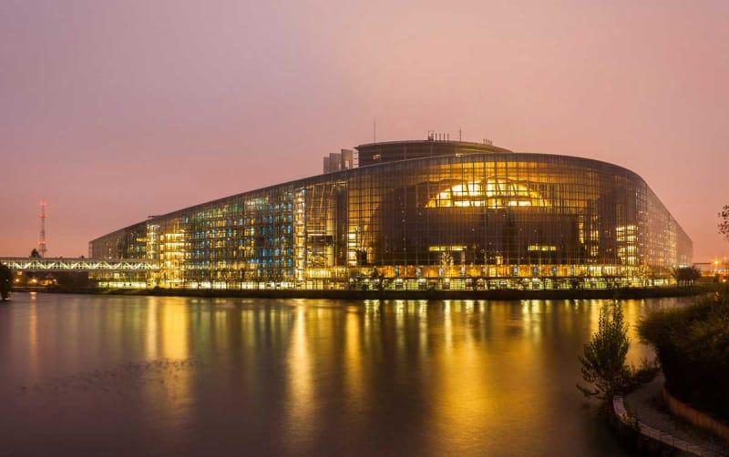クリアな政治はここから 欧州本会議場