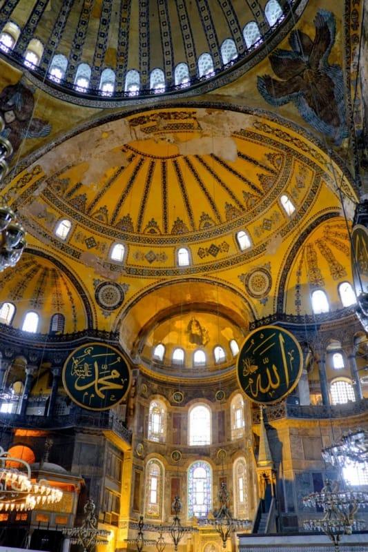 イスラムとキリストが共存する独特なアヤソフィアの内観