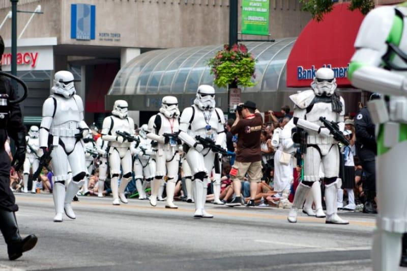 パシェット通りのパレードで集団行進するスターウォーズのストームトゥルーパーズ