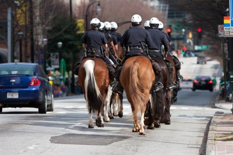 セントパトリック通りをパトロールする騎馬警官の集団