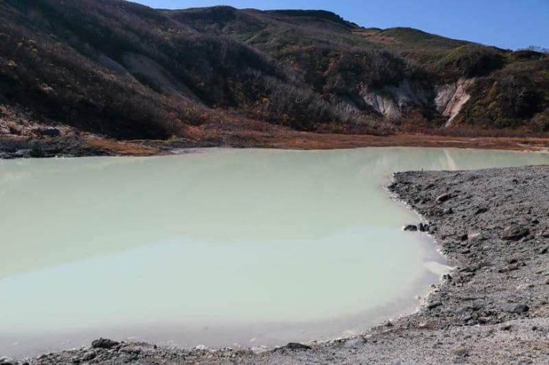 山頂にある火山湖