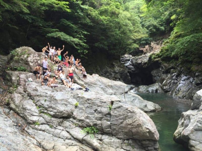 94126:滝壺は絶好の水場です