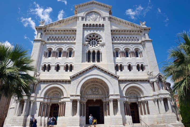 ひときわ白く輝く モナコ大聖堂