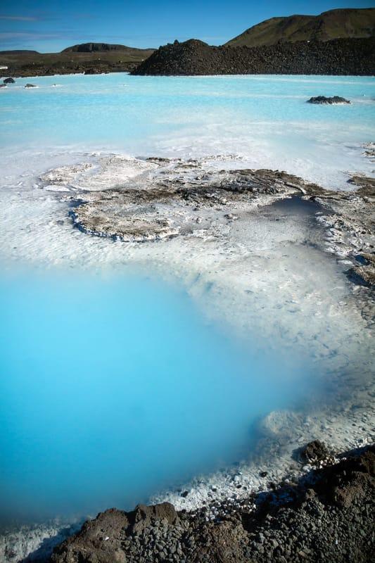 淡い水色とミルク色に染まった温泉はまるで空のよう