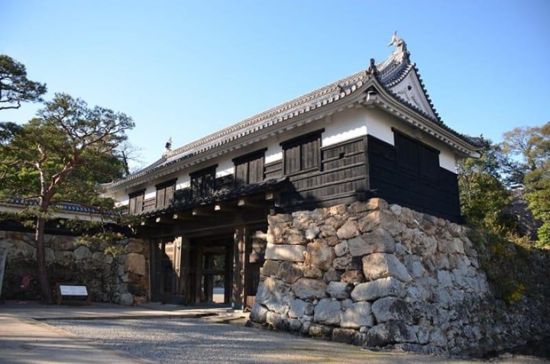 路面電車を高知城前で降りて桜山口から城内へ