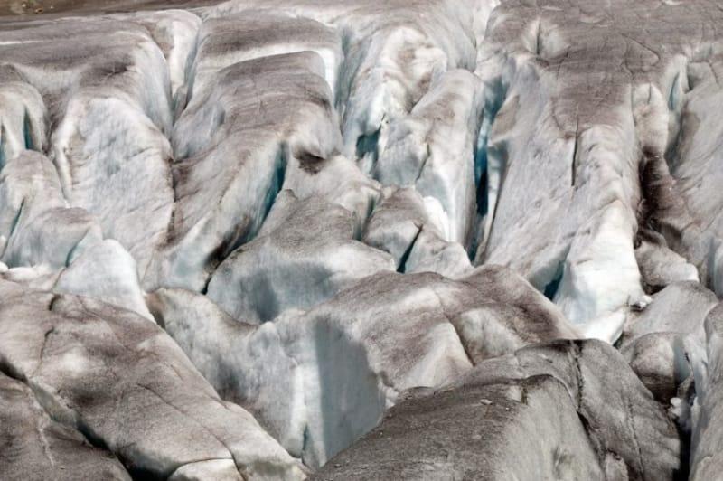 幻想的なブルーの世界!ローヌ氷河