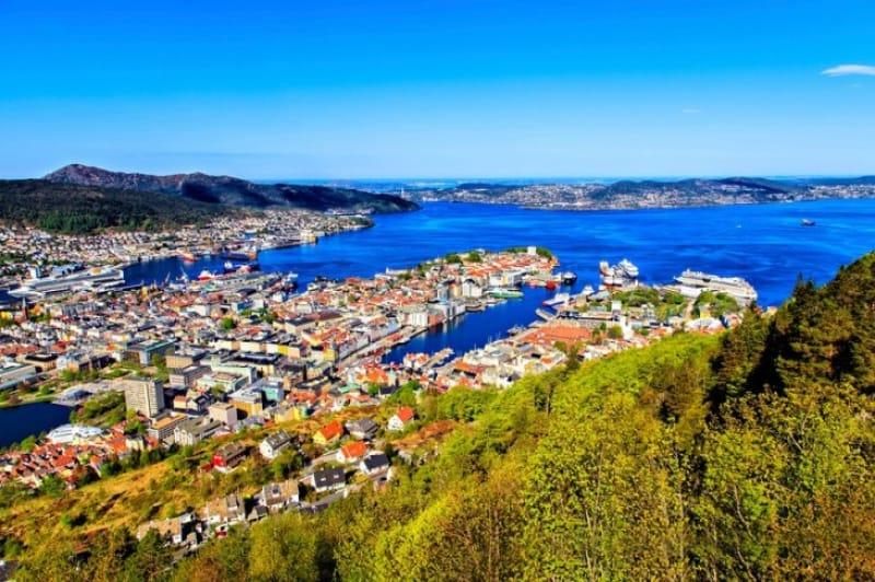 カラフルな家並みが目を引く世界遺産の港町
