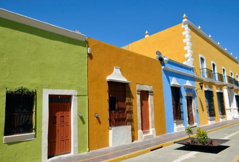 鮮やかに彩られた街並み
