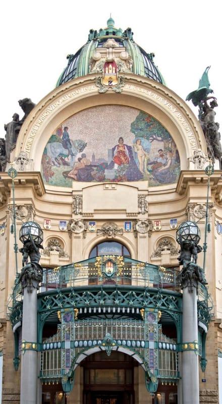 美しいモザイク画が映える『市民会館』