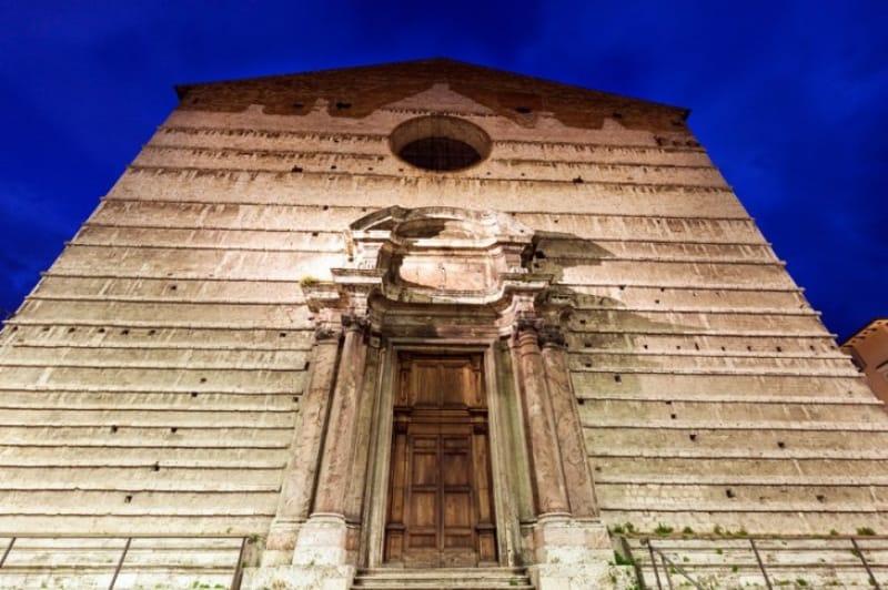 重厚な外観と豪華な内装「サンロレンツォ大聖堂」