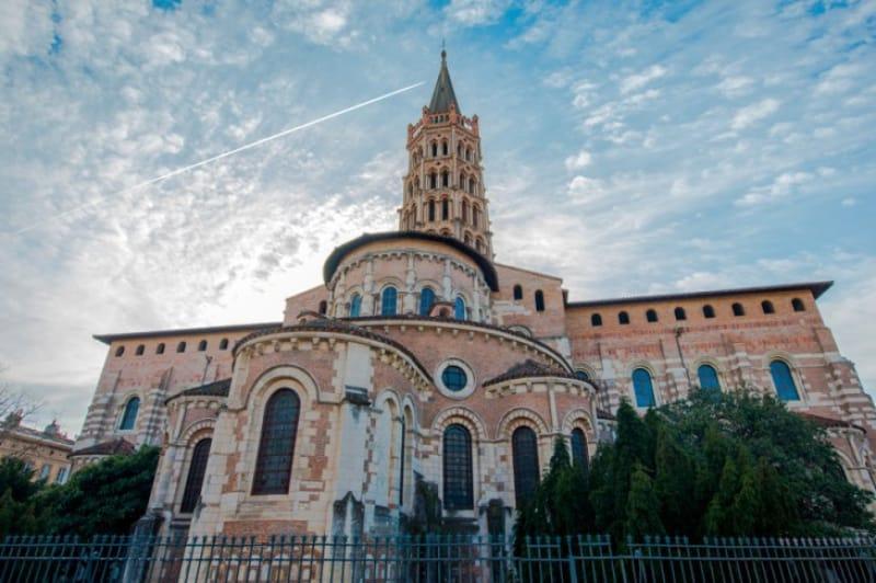 独特な尖塔が目印「サン・セルナン教会」