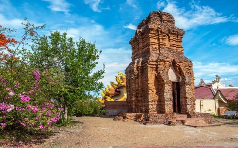 レンガを積み重ねて造られているチャム塔(ポー・ハイ遺跡)
