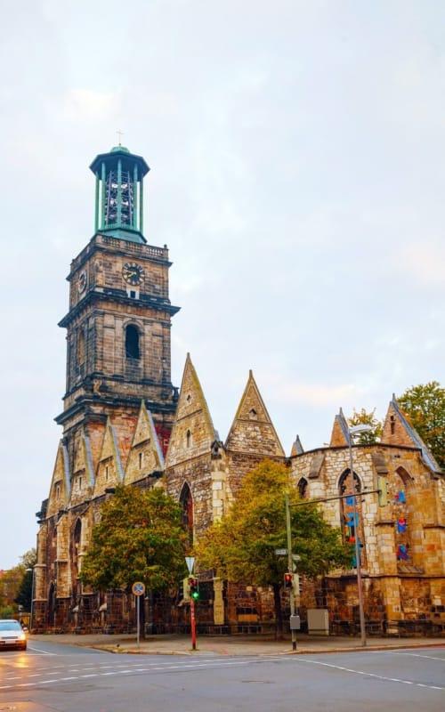 戦争の悲惨さを今世に伝えるエギディエン教会