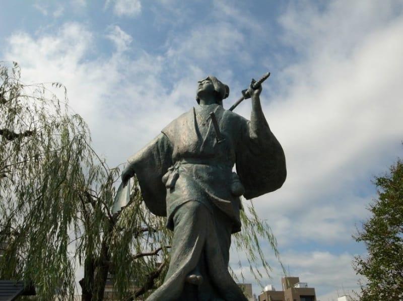 四条河原の芝居小屋で広まったお国歌舞伎とは?