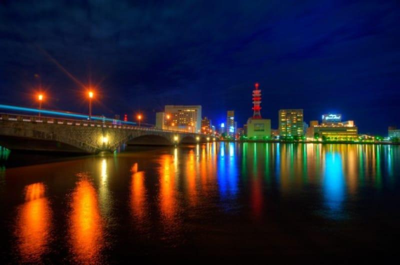 新潟市内にある萬代橋と万代周辺の夜景です。