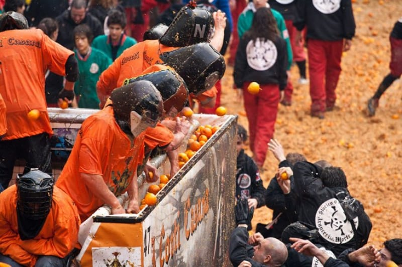 一面オレンジ色!「The Battle of the Oranges」