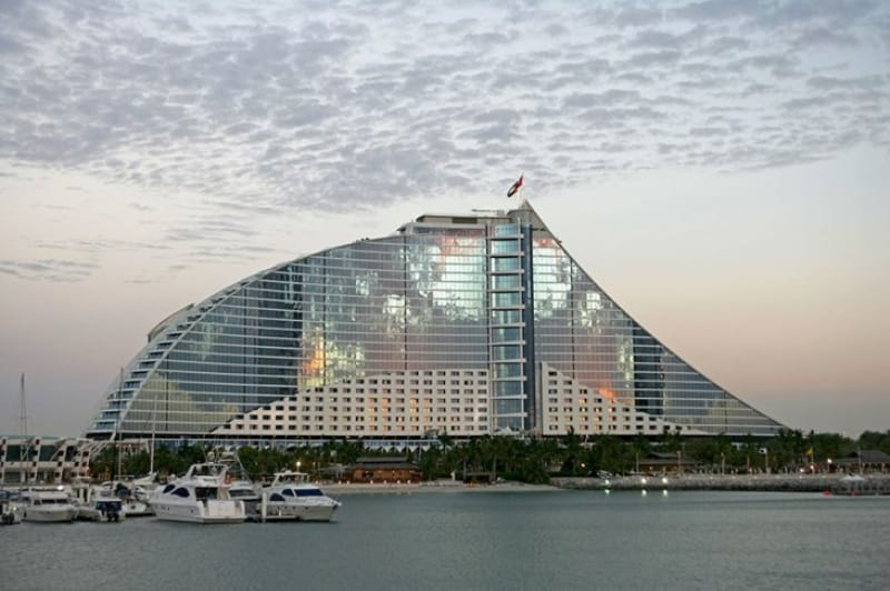 波形建築美「ジュメイラ ビーチホテル」