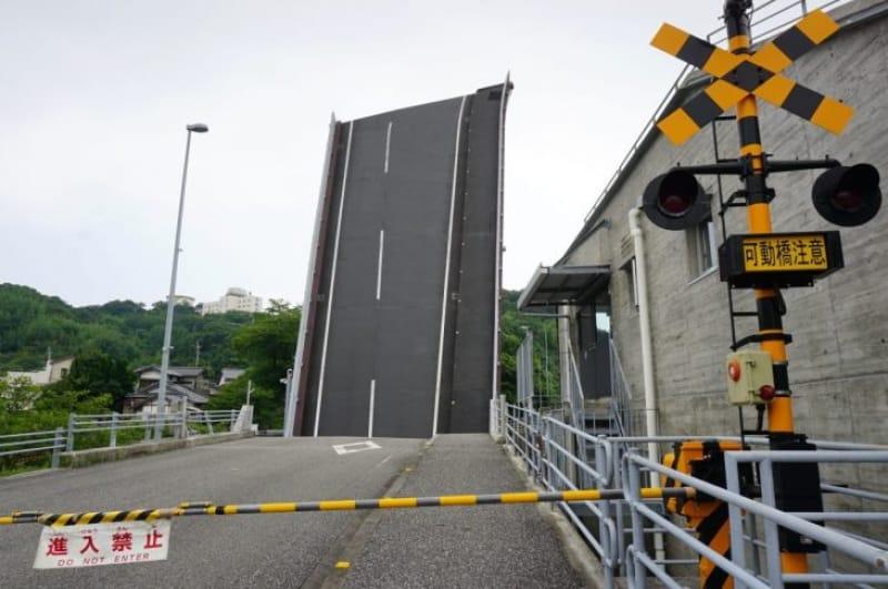 99952:線路はないけど踏切はある!橋の可動をお知らせ