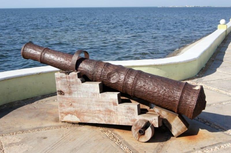 海賊を蹴散らすための砲撃