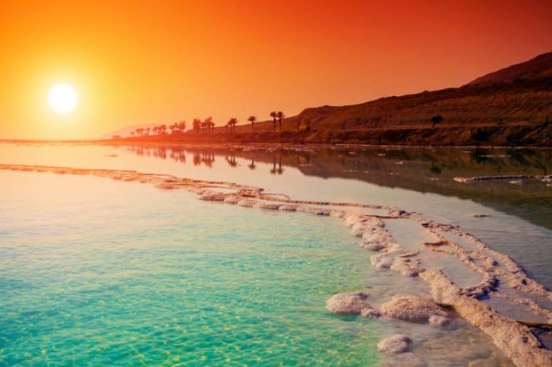 自然のスポットに照らし出される碧の海