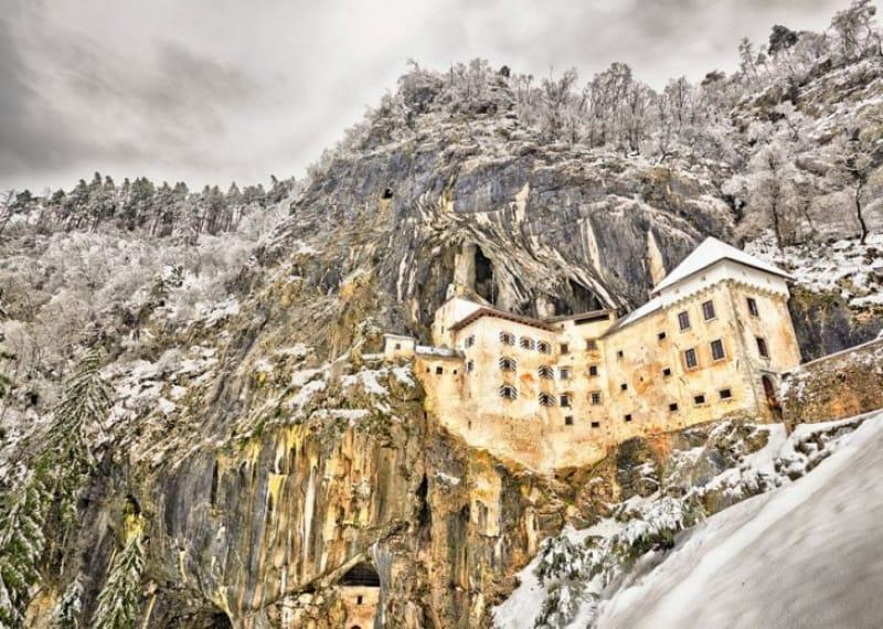 岩壁に現れる古城